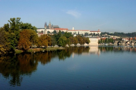 Отражение осенних деревьев во Влтаве