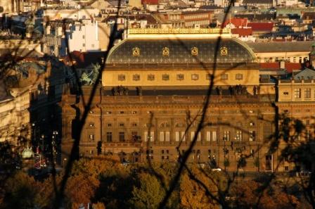 Национальный театр в осеннем солнце