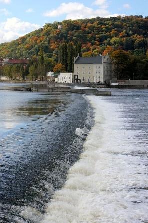 Плотина Влтавы осенью