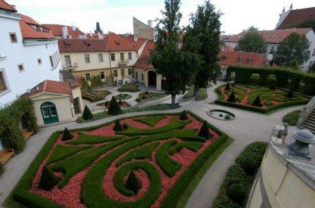 Дизайн из летних цветов в Вртбовском саду