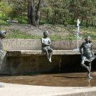 Статуи весело купаются