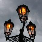 Бледный свет фонаря