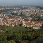 Влтава разделяет Прагу на две части