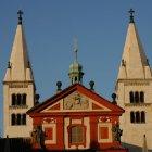 Фасад базилики Св. Георгия и белые башни-близнецы