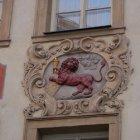 У красного льва - ближний план