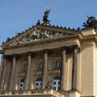 Изысканно украшенный фронтон городской оперы Праги