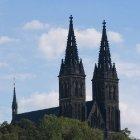 Башни близнеца костела в Вышеграде на фоне ясного неба