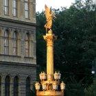 Статуя золотой Музы возле Рудольфинума