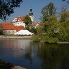 Вид на Бржевновский монастырь через озеро