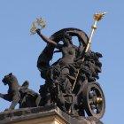 Муза комедии - Талия у здания Национальной Оперы Праги