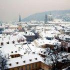 Черепичные крыши под снегом