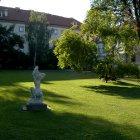 Белая статуя зеленым летом